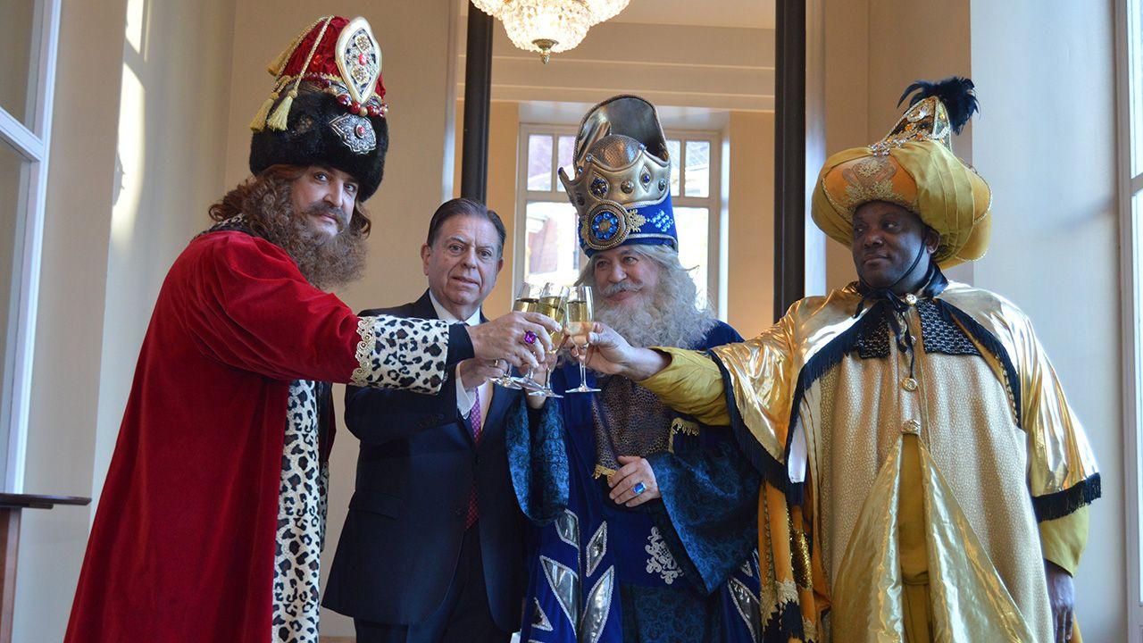 Los Reyes Magos brindan con el alcalde de Oviedo, Alfredo Canteli