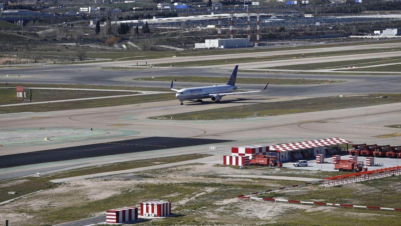 Un avión espera para despegar en el aeropuerto de Barajas