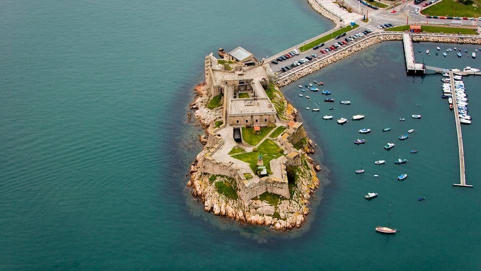 El castillo de San Antón, en pleno paseo marítimo de A Coruña, es una de las fortificaciones más importantes de la ciudad de la Coruña y punto principal de defensa en las luchas contra piratas como Francis Drake y otros invasores. Hoy en día alberga el Museo arqueológico e histórico de la ciudad.
