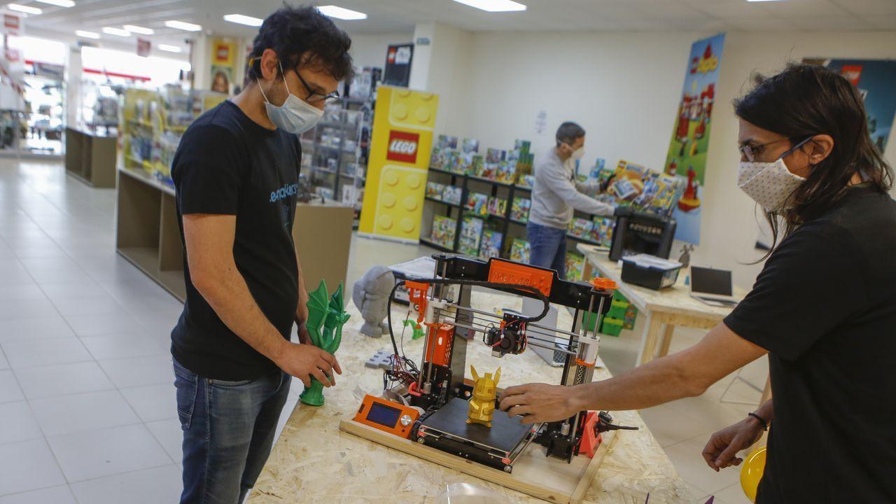 Los aplausos del confinamientoal vigués con alzhéimer se convierten en un corto.Juan Carlos Meizoso e Igor Pérez, en primer término, se encargarán de impartir los tallers de impresión 3D, electrónica, videojuegos y robótica a partir de la próxima semana