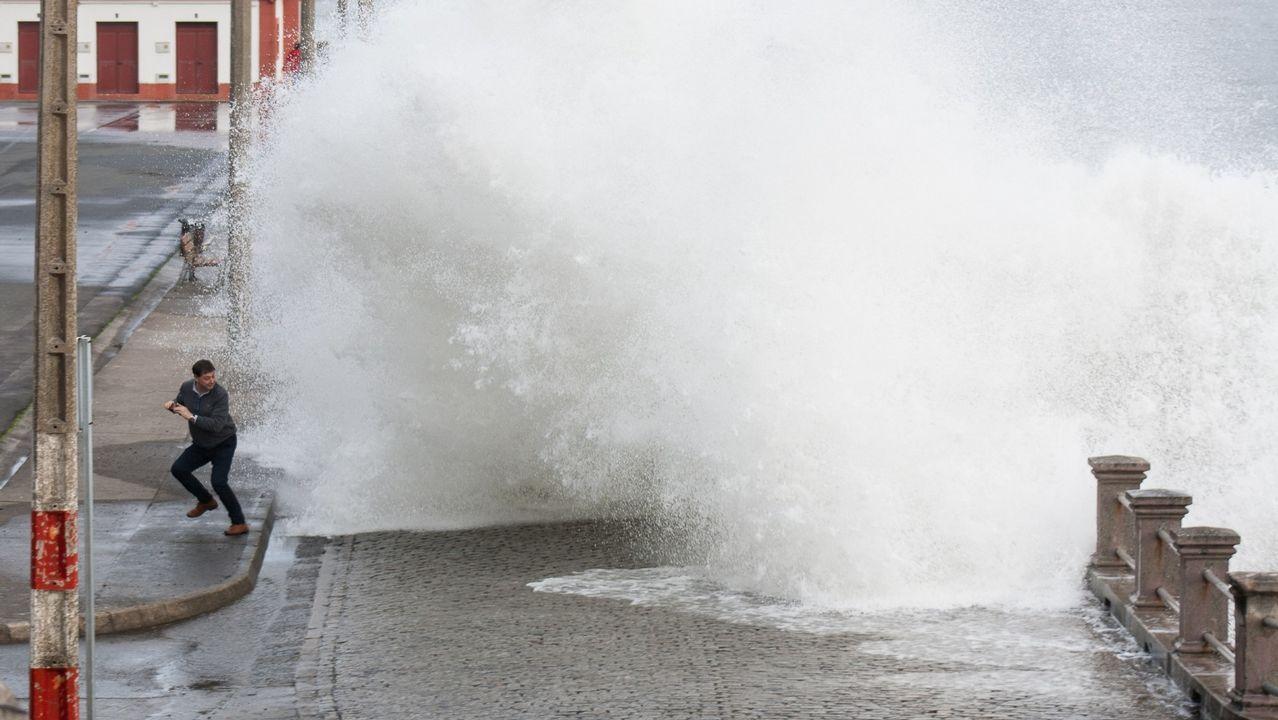 Las olas alcanzan la carretera del puerto de Cedeira