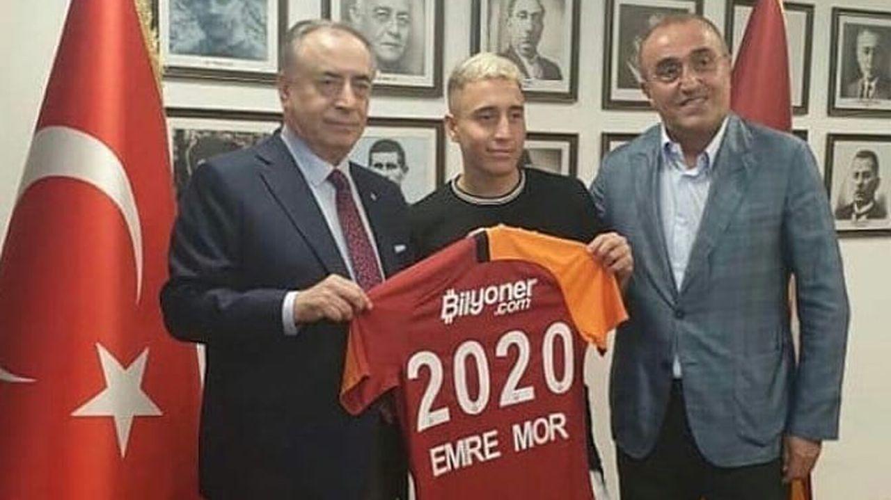 Emre Mor ya posó ayer con la camiseta del Galatasaray