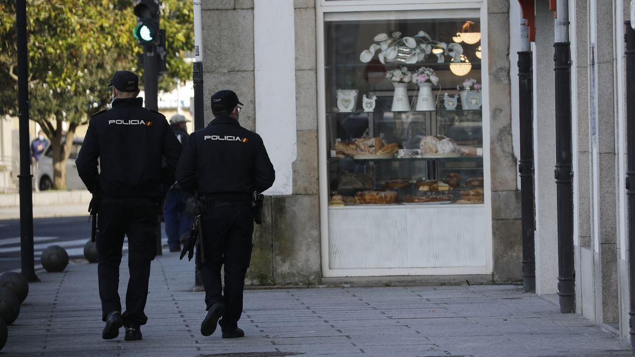 Vigilancia policial por las calles de Viveiro, que lleva semanas con restricciones de nivel máximo por el covid-19