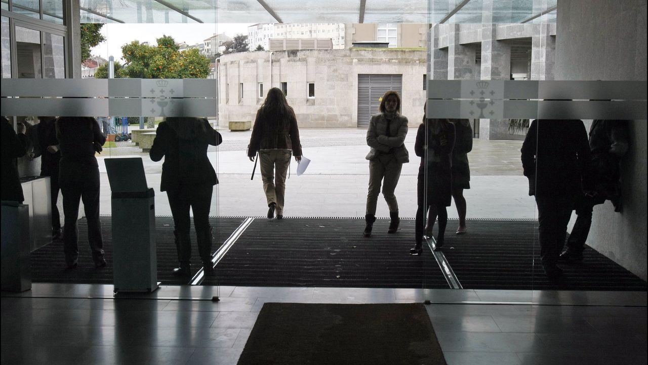 Galiza en Marcha, lema de campaña do BNG.Funcionarios saliendo de las instalaciones de la Xunta en San Caetano