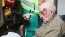 Un hombre con una herida en la cabeza tras los altercados generados por el enfrentamiento entre una concentración para apoyar a las víctimas de ETA y otra convocada por Sare Antifascista en Arrasate (Mondragón), Guipúzcoa.