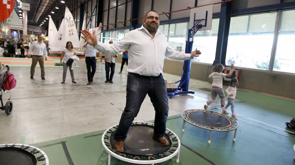 El candidato del PSOE en Vilagarcía, Alberto Varela hace Body Jumb en la feria del deporte.