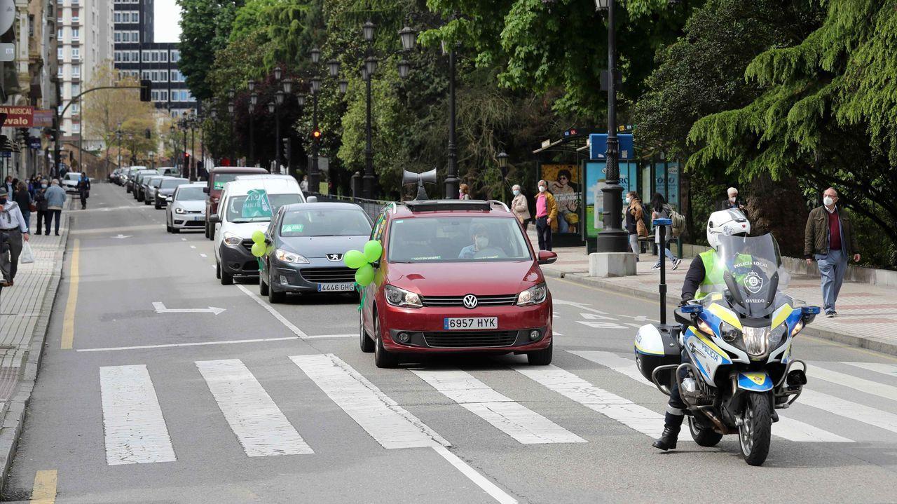 Varias caravanas de coches procedentes de varios puntos de Asturias confluyeron este viernes en el centro de Oviedo