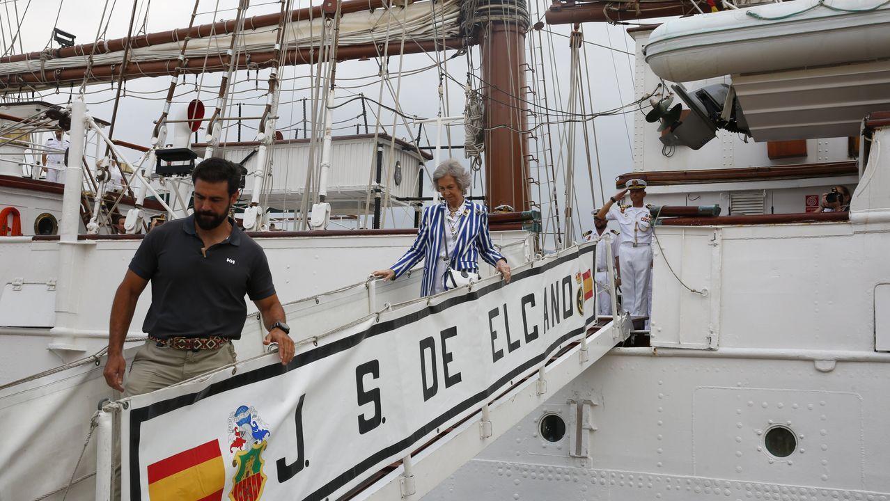 Así fue la llegada del Juan Sebastián Elcano.Uno de los detenidos, dentro de los juzgados de Cangas para prestar declaración.