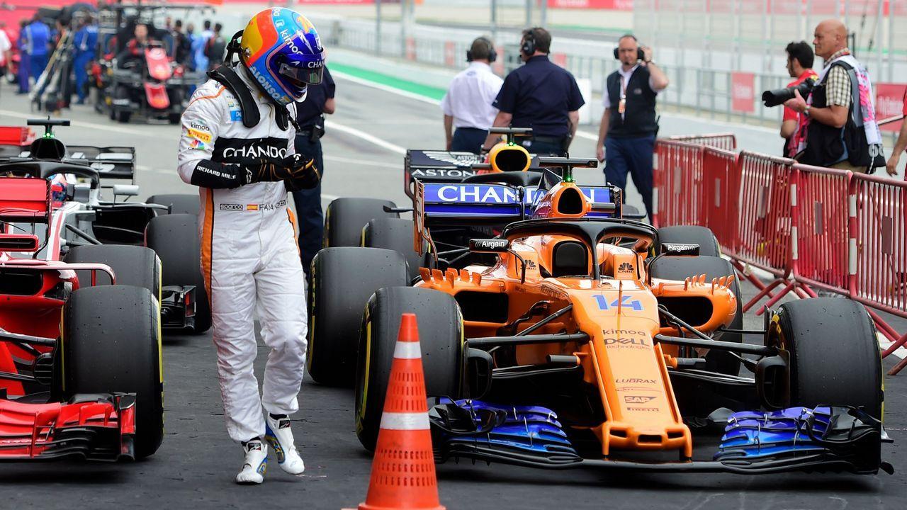 Fernando Alonso y Carlos Sainz posan con la bandera de España
