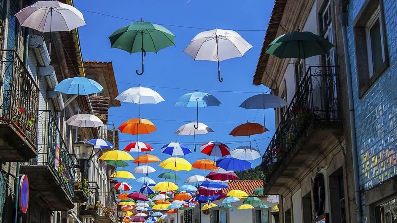 El casco antiguo de Vila Nova tiene una vida muy animada en verano.