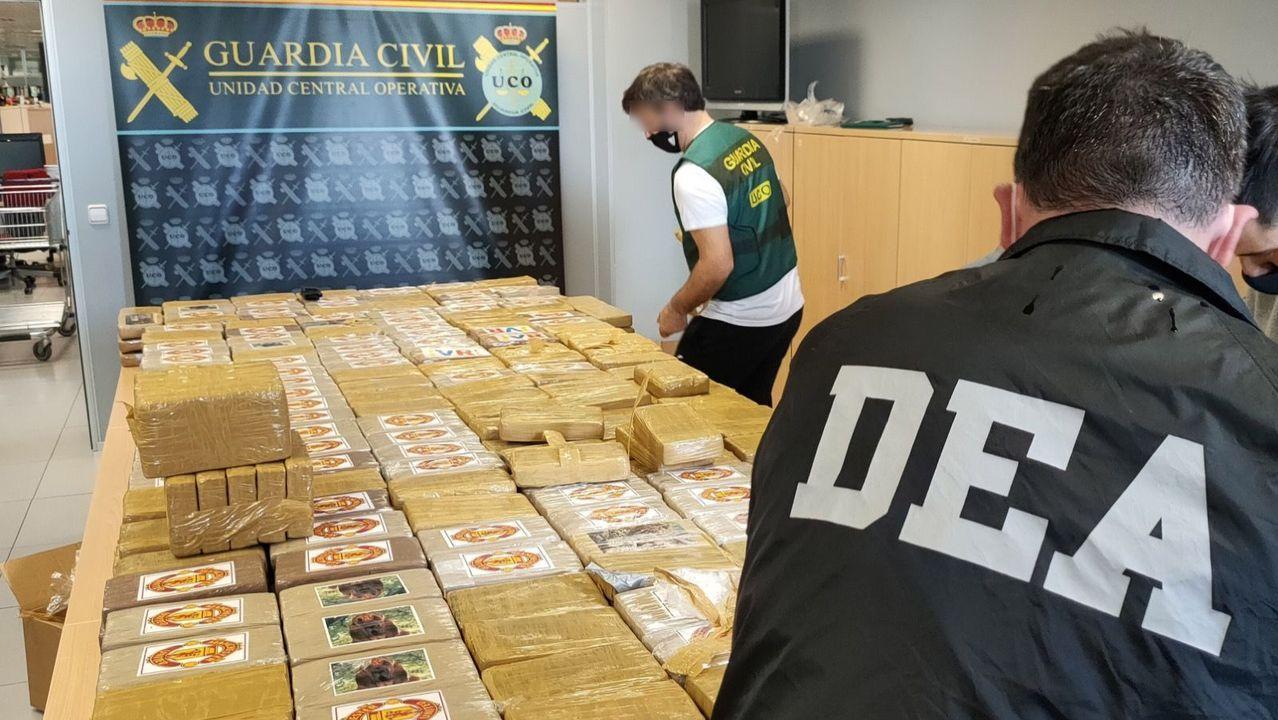 Agentes de la Guardia Civil y de la DEA de los EE.UU. con los paquetes de cocaína. Algunos tienen de sello el escudo del equipo de fútbol del Manchester United.