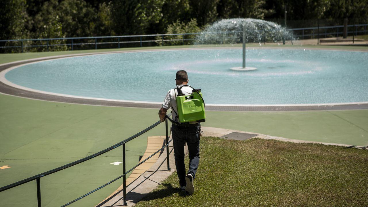 Abren la piscinas municipales de Oira.Roberto Carlos sigue retirando escombros de su taller