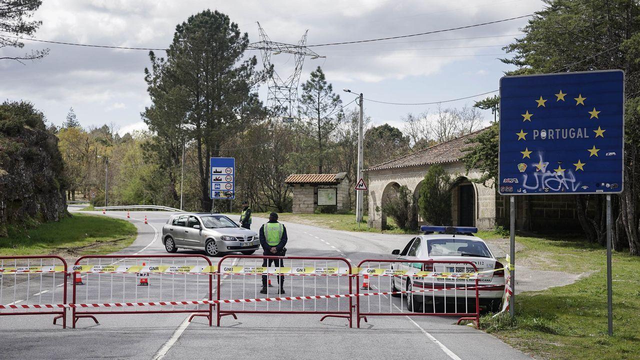 Un vehículo da la vuelta en la via portuguesa ante la presencia de guardias y vallas en la frontera de A Madalena.