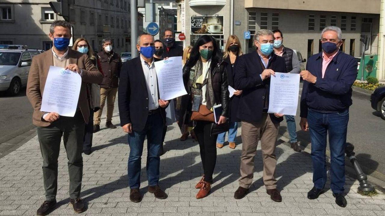 Los populares posaron esta mañana ante la Comisaría provincial