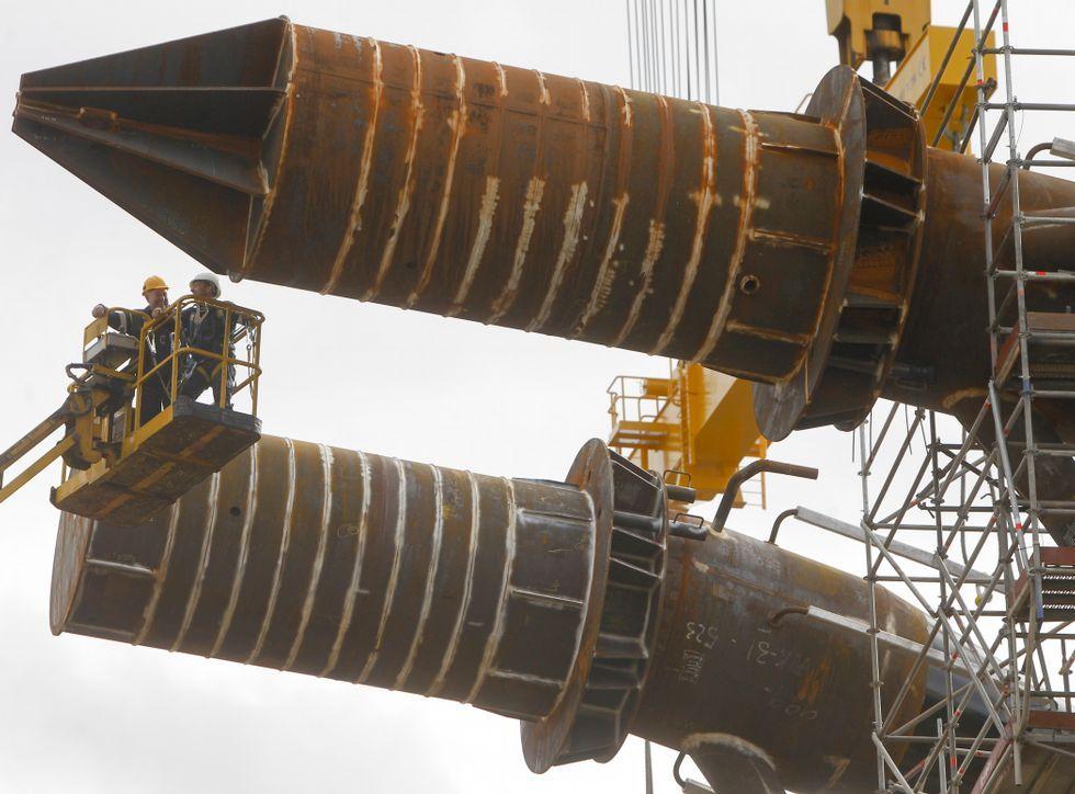 Los cilindros de acero que componen las estructuras, envueltos por los andamios.
