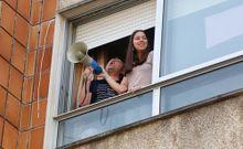 Coronavirus.Rafa Cordoba y sus hijas amenizan el Día del Padre a sus vecinos de la calle Estrada