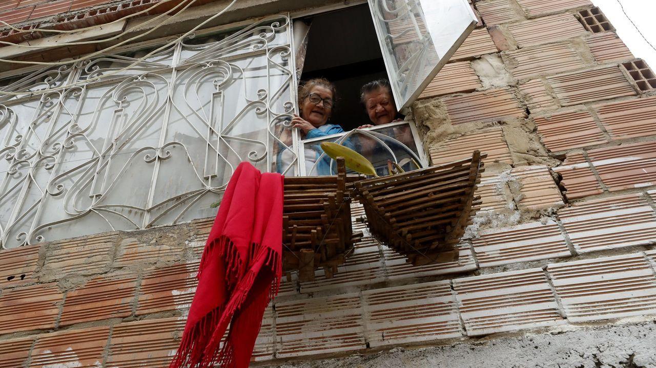 Imagen de una casa en el sur de Bogotá, con una prenda de ropa roja para señalar que necesitan alimentos