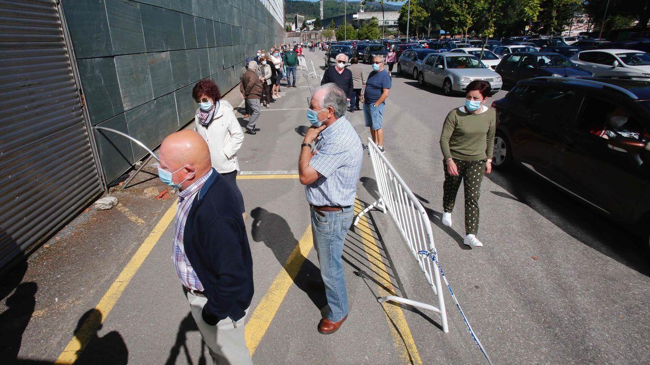 La convocatoria masiva para vacunarse, con más de tres mil citados, provocó colas y atascos en el acceso al recinto ferial de Pontevedra