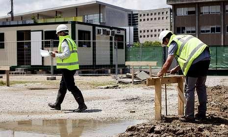 Operarios de la adjudicataria realizaron mediciones ayer en la parcela de la nueva piscina.