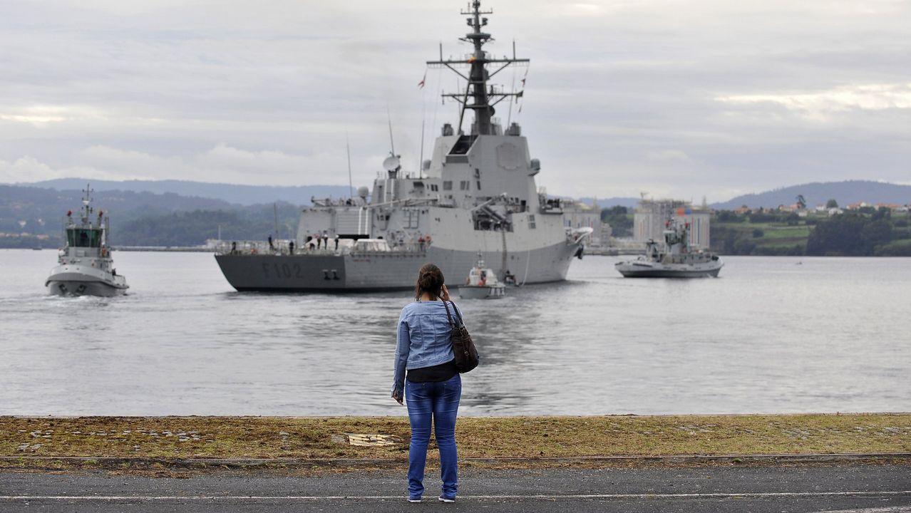 Despedida de la F-102 en el Asenal Militar de Ferrol.El Juan Carlos I entra en el puerto de Guecho, donde permanecerá todo el fin de semana pese al rechazo de la corporación municipal