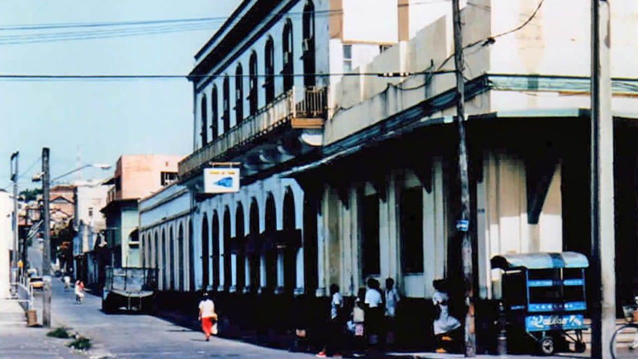 MONCHO AMIGO ESCULTOR DE LA CARACOLA DE PUNTA HERMINIA EN LA ZONA DE LA TORRE DE HERCULES, EN SU CASA CON EL MOLDE CON EL CONSTRUYO LA CARACOLA