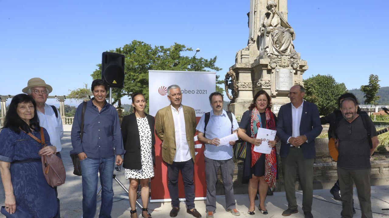 Quinta edición do Festifolk Costa da Morte en Carballo: ¡todas as imaxes!.El proyecto se presentó junto a la escultura de la autora en la Alameda compostelana