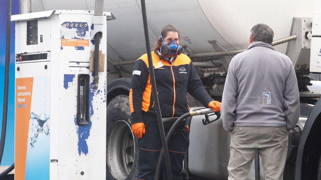 Una trabajadora de gasolinera del polígono de Tambre en Santiago, protegida con una mascarilla.