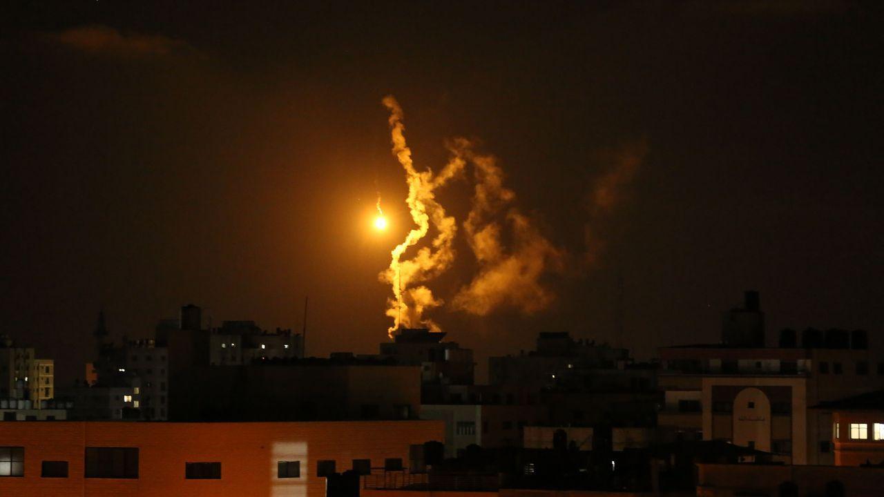 Los bombardeos israelíes castigan Gaza.Imagen de los misiles lanzados por Israel en Gaza esta madrugada