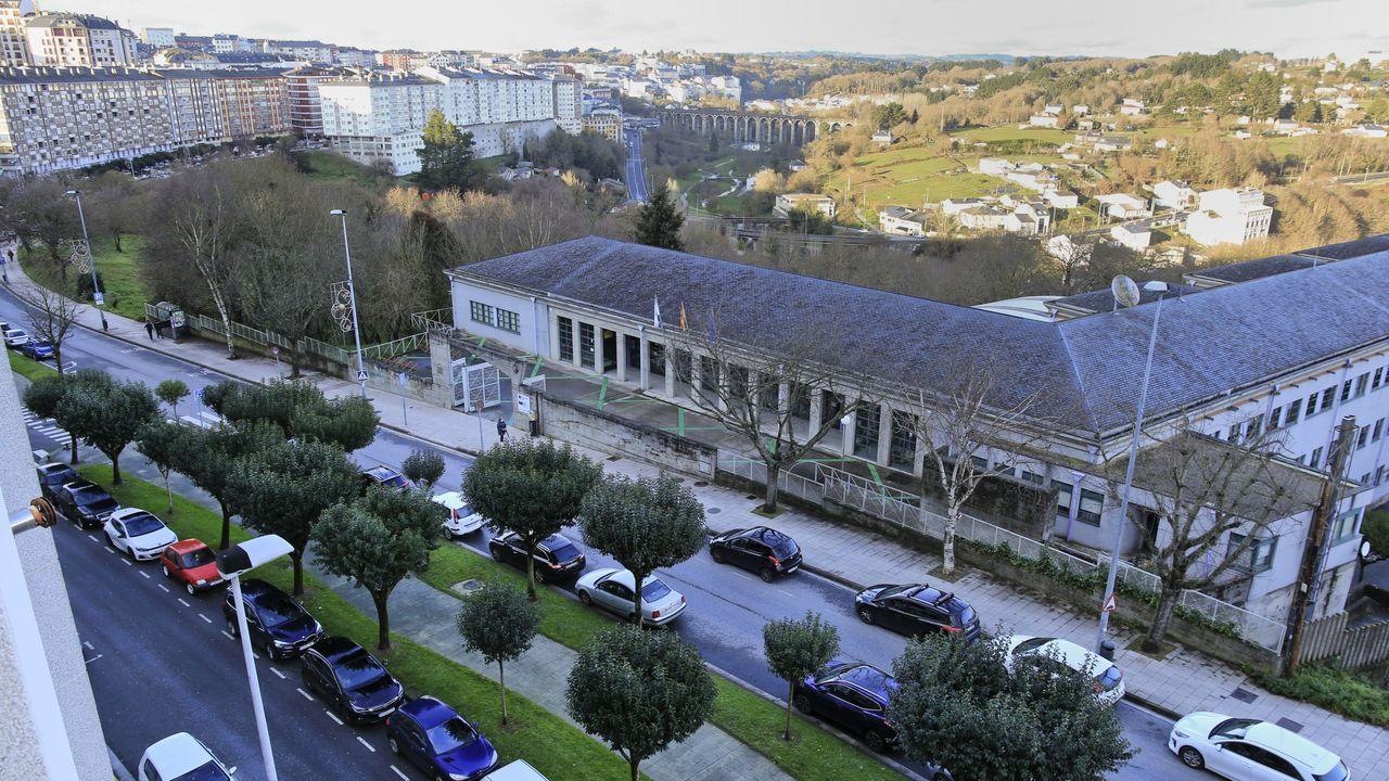Los palacios de Lugo junto a la Muralla.Vista de la ronda das Fontiñas, con el IES Sanxillao en primer término