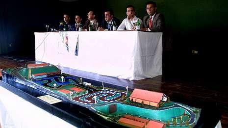 En primer término, la maqueta del circuito en el acto de presentación celebrado en el Círculo Mercantil.