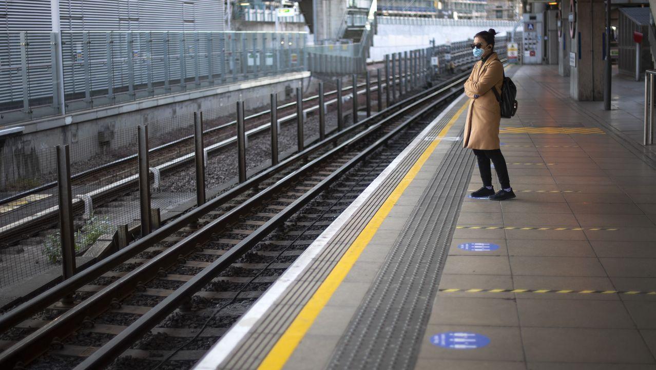 Una pasajera con mascarilla, ayer, en la estación de Canning Town, en la zona Este de Londres