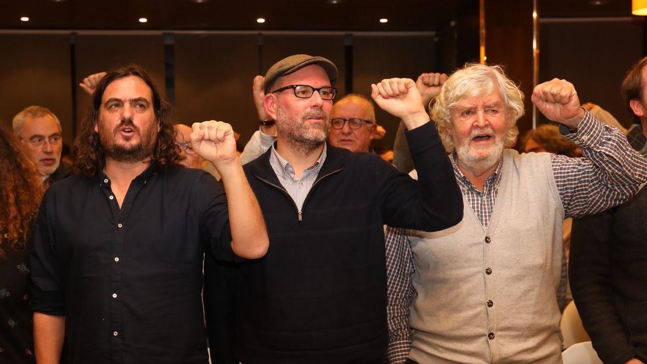 Miguel Santalices, en el centro, entre los dos vicepresidentes, Diego Calvo (PP) y Montse Prado (BNG)
