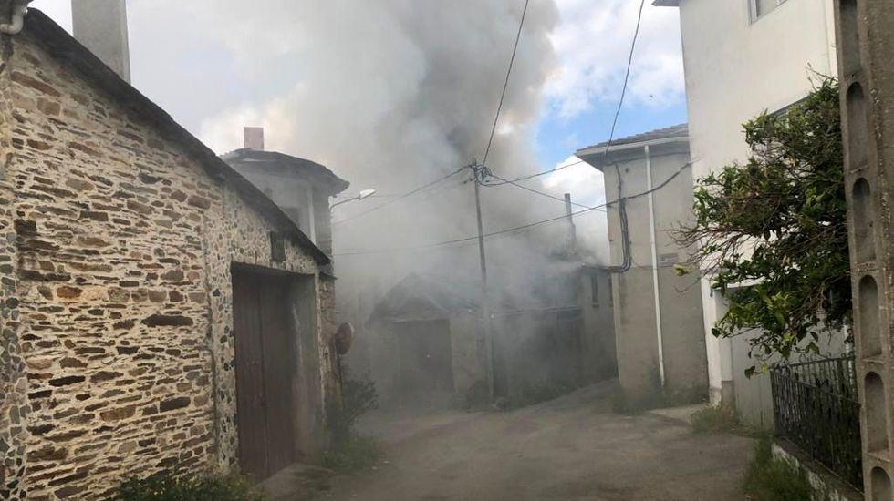 Así vieron los vecinos el incendio que destruyó una casa en Salcedo.La fachada de Santa María ya luce al quitarle los andamios