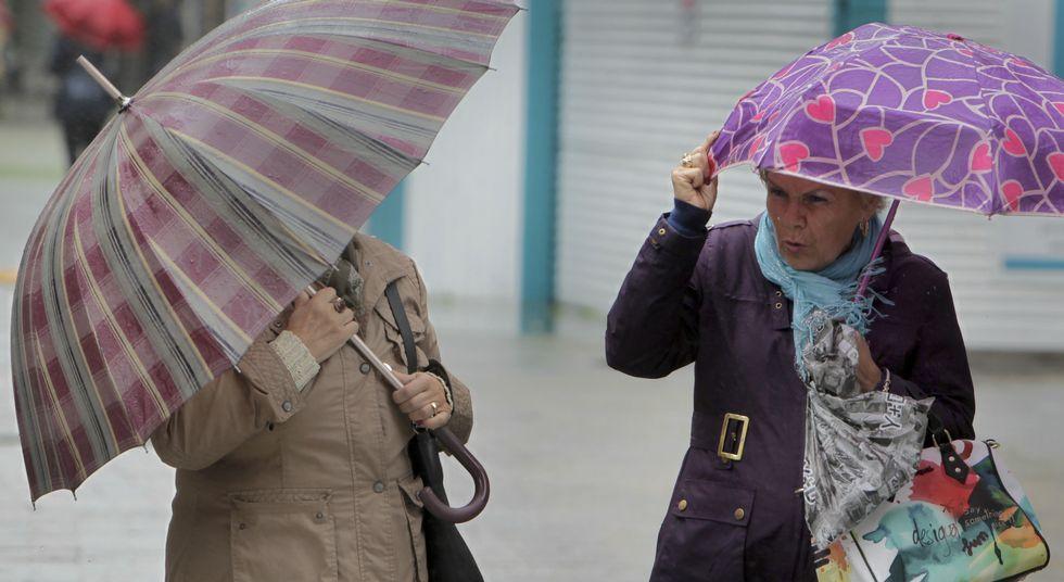 Solo los paraguas más resistentes superaron los vientos de más de 100 kilómetros por hora.