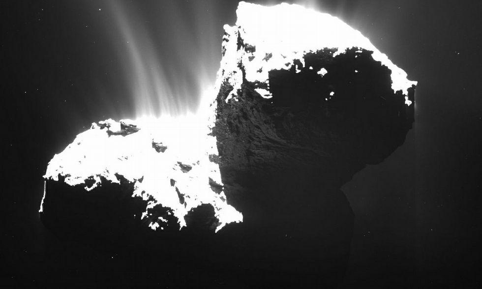 Chorros de polvo emergiendo del núcleo del cometa 67P Churyumov-Gerasimenko.