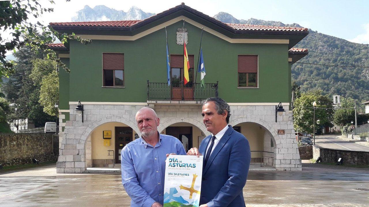 Leonor estrena su agenda como heredera.El alcalde de Caso y el viceconsejero de Cultura muestran el cartel del Día de Asturias en Caso