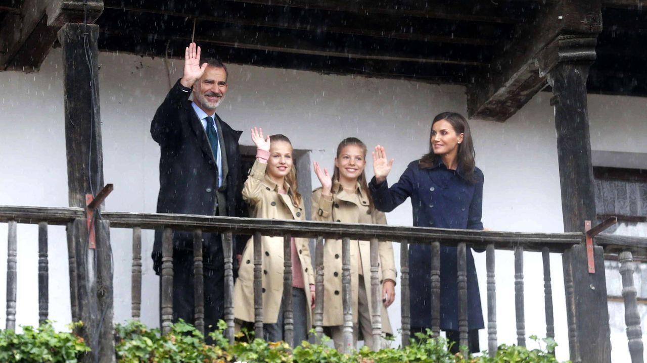 La Fundación Princesa de Asturias felicita a Leonor por sus 14 años. El rey Felipe VI (i), la princesa Leonor (2i), la infanta Sofía (2d) y la reina Letizia (d) sonríen durante su visita a Asiegu,