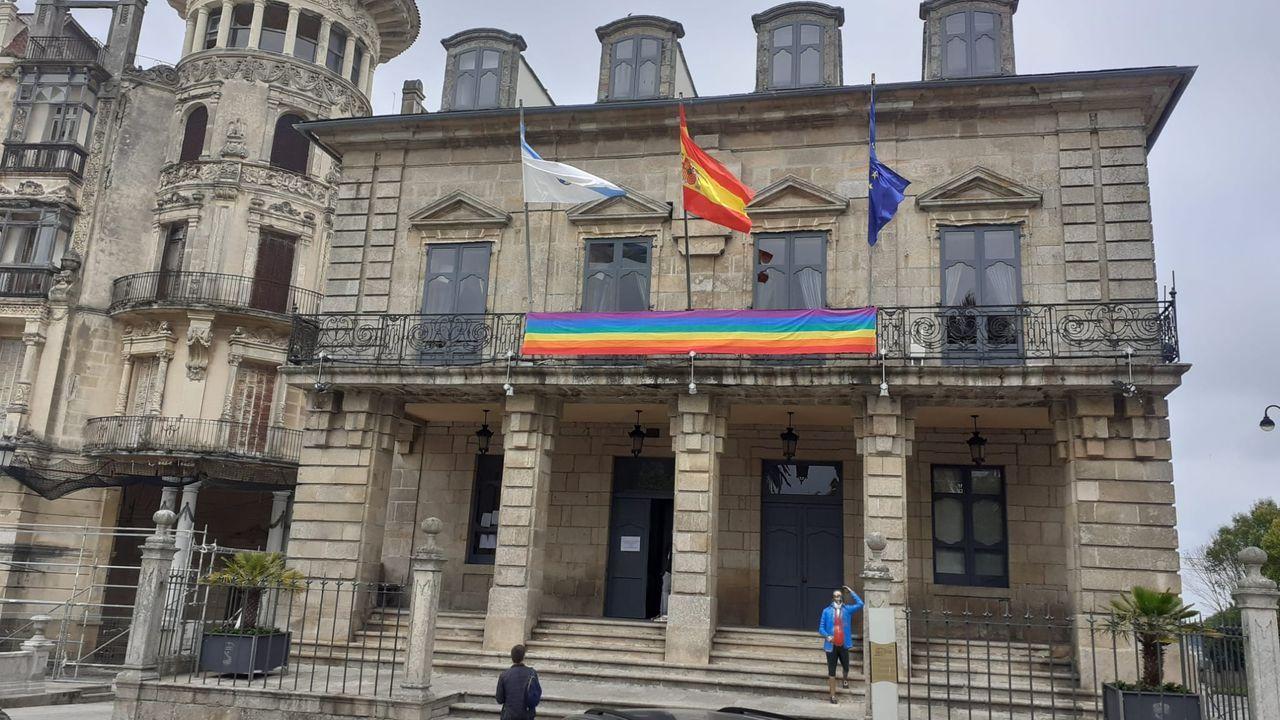 Banderas en la casa consistorial de Ribadeo, a finales del pasado junio