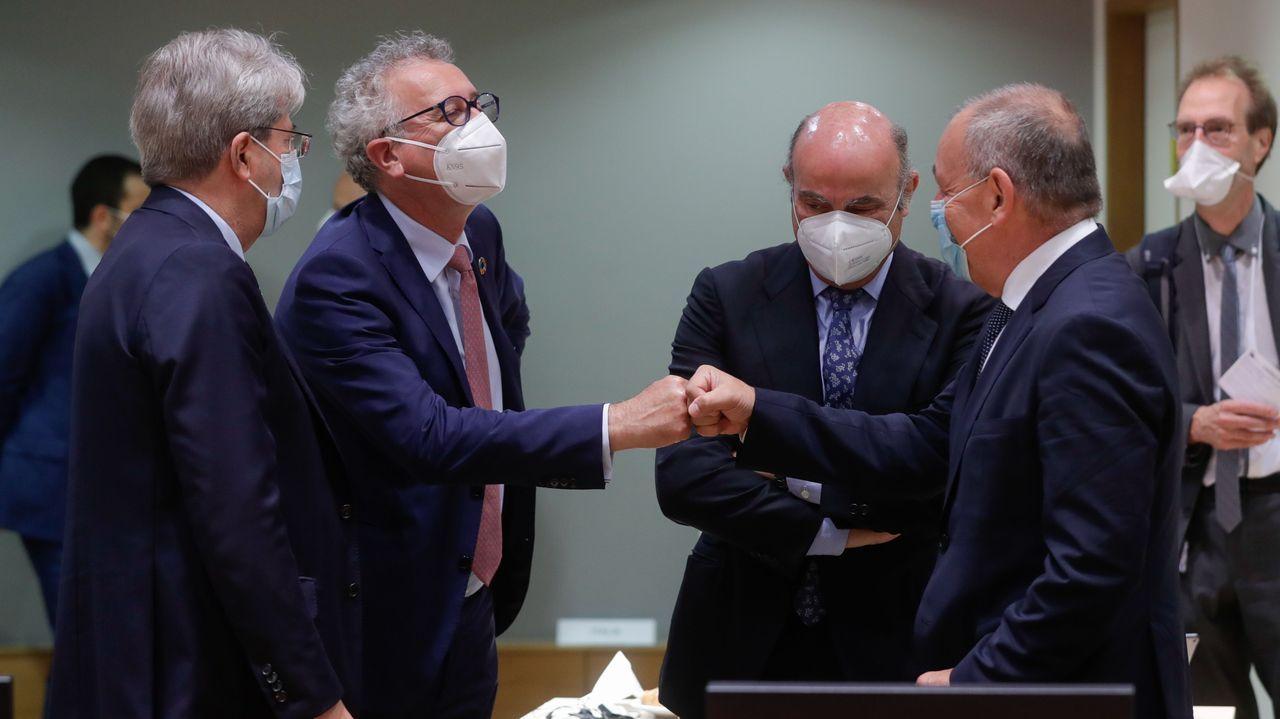 El presidente del Gobierno, Pedro Sánchez, saluda al presidente de ArcelorMittal, Lakshmi Mittal, durante la presentación de los planes de la multinacional