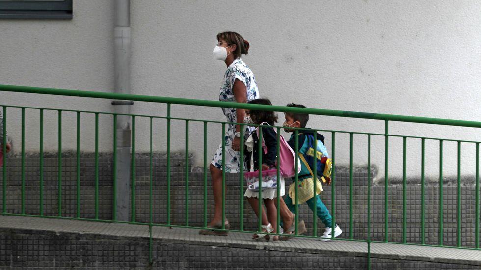 Dos escolares y una profesora, el primer día de clase en el Colexio novo de Monforte, uno de los cuatro de esta localidad que no tienen ningún caso de coronavirus