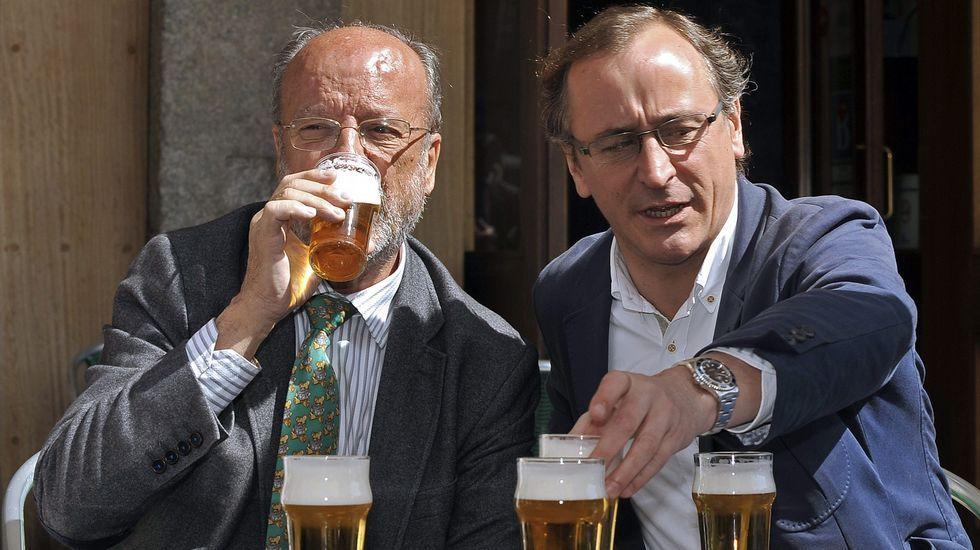 Alfonso Alonso se relajaba el miércoles en una terraza de Valladolid con el alcalde popular, León de la Riva