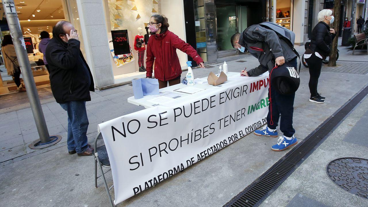 Concentración de protesta en Burela porquecontinúa el cierre perimetral por positivos en coronavirus.Una terraza en Carballo, antes del cierre de la hosteleria