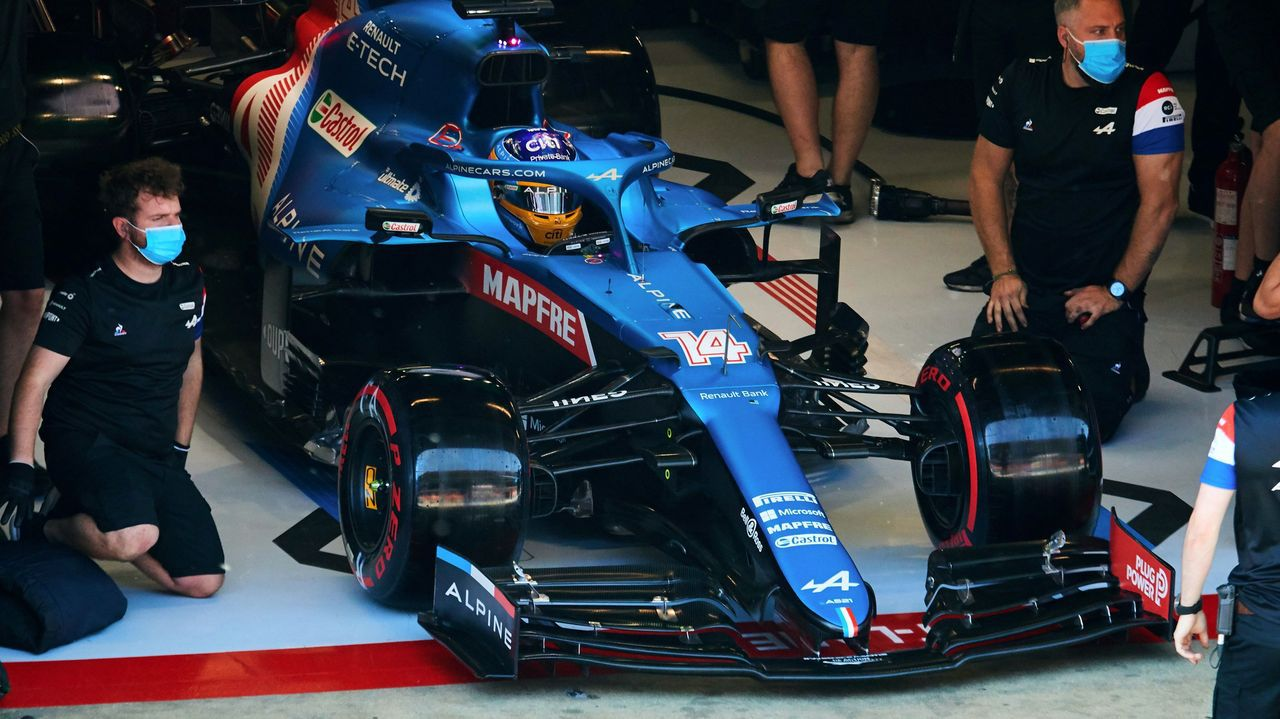 Fernando Alonso, en el box durante la sesión de calificación de entrenamientos libres en el circuito de Barcelona de cara al Gran Premio de España de Fórmula 1 que se disputa en Montmeló