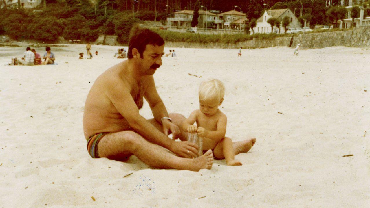 O escritor e guionista Diego Amexeiras, de neno, co seu pai na praia