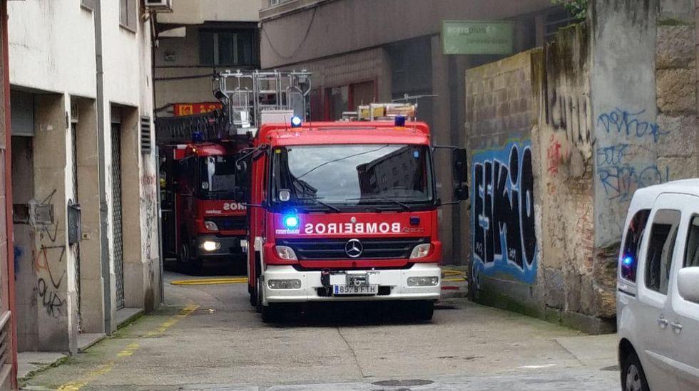 Gran incendio en una planta de reciclaje de disolventes en Barcelona.Fuego en una vivienda, en Aller