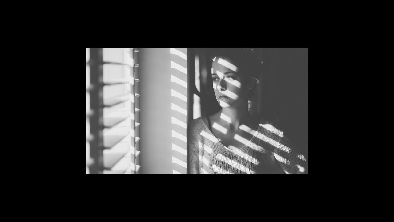 El confinamiento de Lérida, en imágenes.Una mujer, fumando un cigarro en Londres