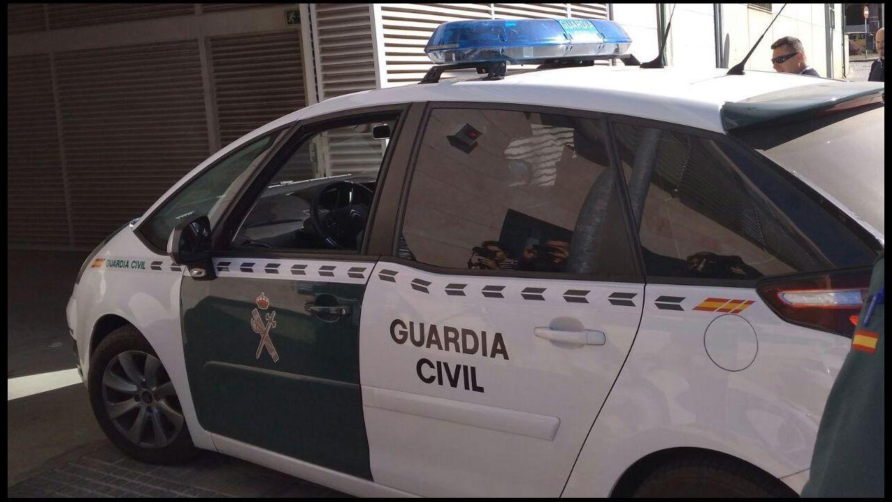 En los paquetes de hachís aparece una imagen de Pablo Escobar en la serie «Narcos».Operarios municipales retiran la basura acumulada en el domicilio donde fue hallado el bebé en Lugo presuntamente maltratado