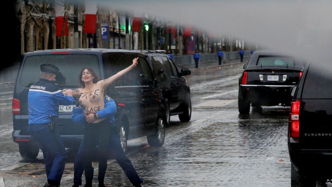 Dos activistas de Femen saltaron las barreras de seguridad y se acercaron al convoy de Trump