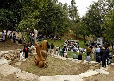 Na festa inaugurouse a escultura «Irmaus», do escultor Manuel Penín.