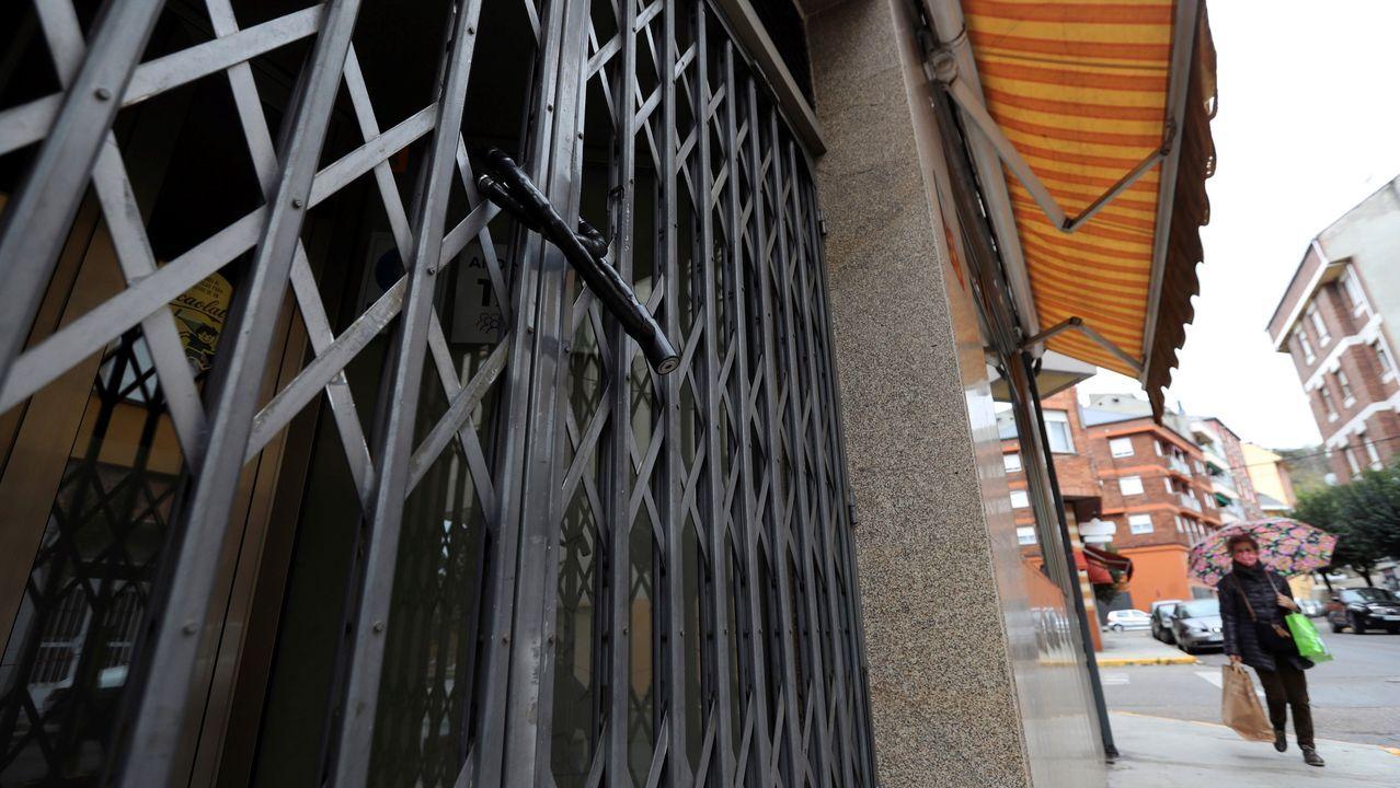 El sector de la hostelería sale a la calle a protestar por el cierre.La cafetería Avenida, en el centro de Ferrol, sirve desde hoy desayunos y meriendas para llevar